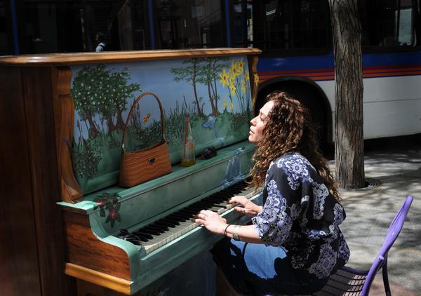 Pianos de la calle Painted-piano-21